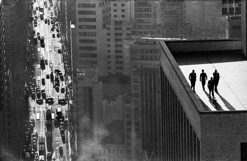 Men on a rooftop, Sao Paolo, Brazil, 1960 | Signierter Silber-Gelatine-Print | 40 x 50 cm | ©René Burri/Magnum Photos
